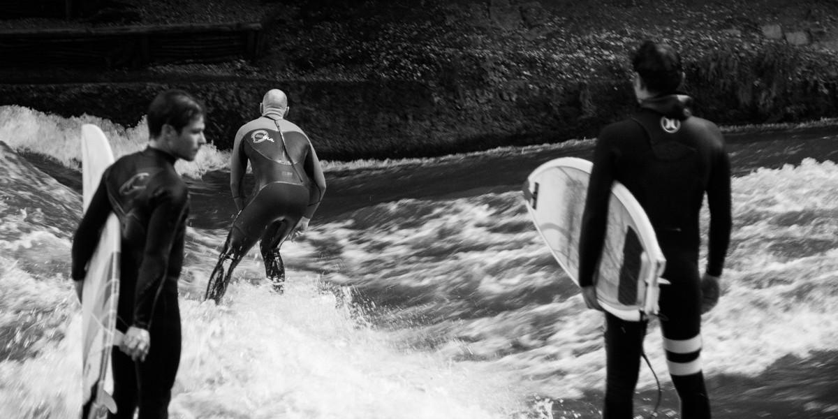 Surfeurs Dans L'Englischen Garten à Munich