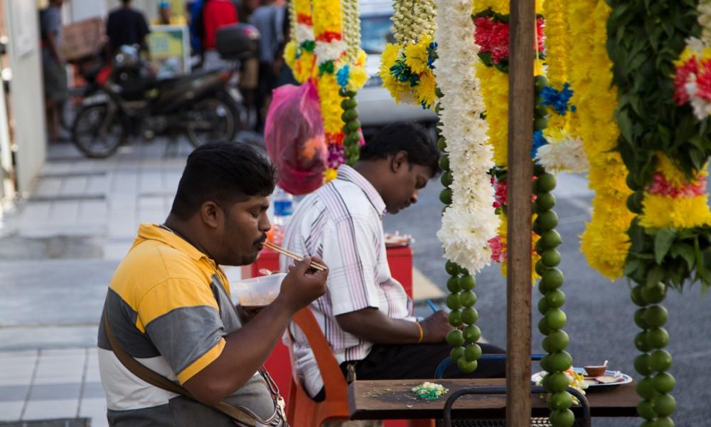 Marchands D'offrandes à L'exterieur Du Temple Sri Mahamariamman à Kuala Lumpur