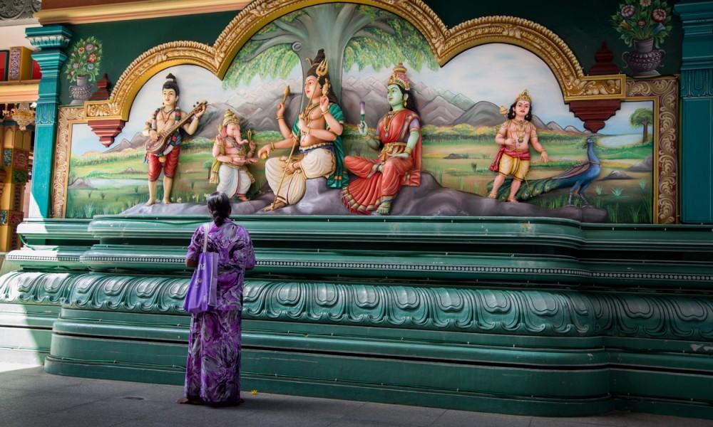Femme Priant Dans Le Temple Sri Mahamariamman à Kuala Lumpur