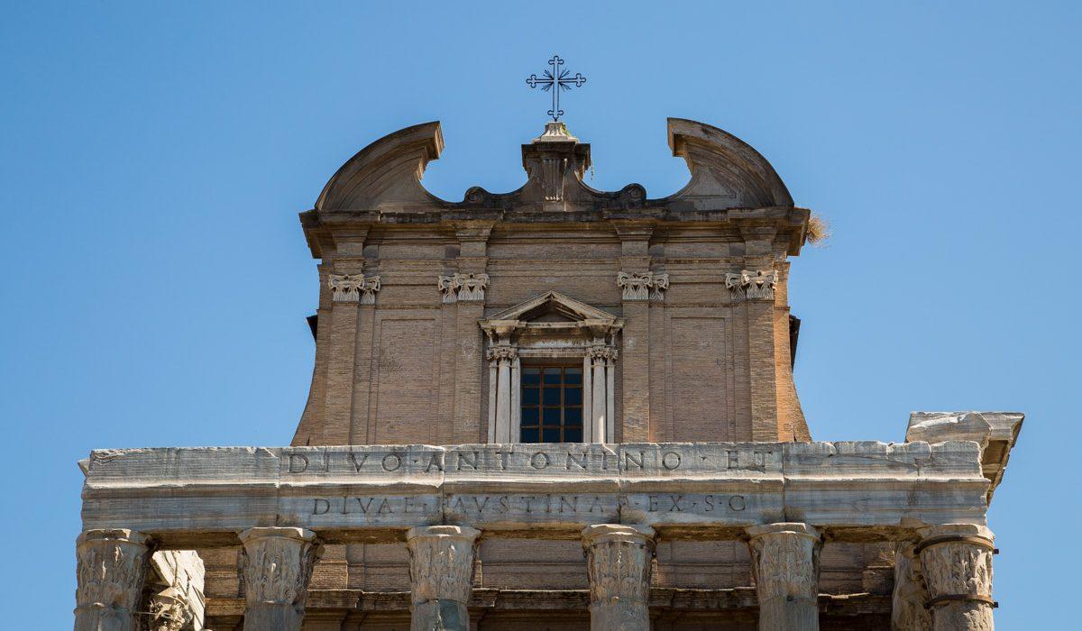 Le Temple Antonin Et D'Augustine à Rome