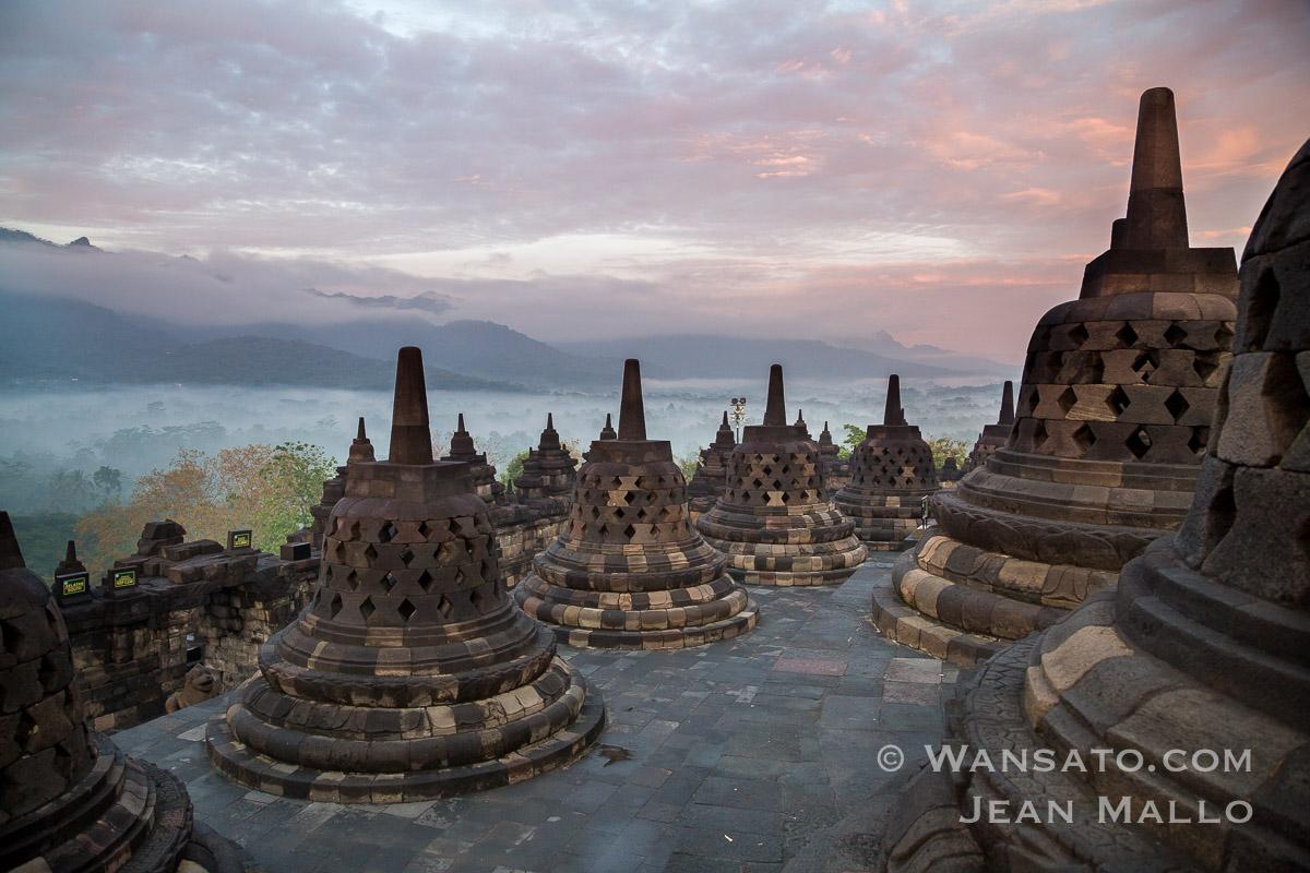 Indonésie – Lever De Soleil Sur Borobudur