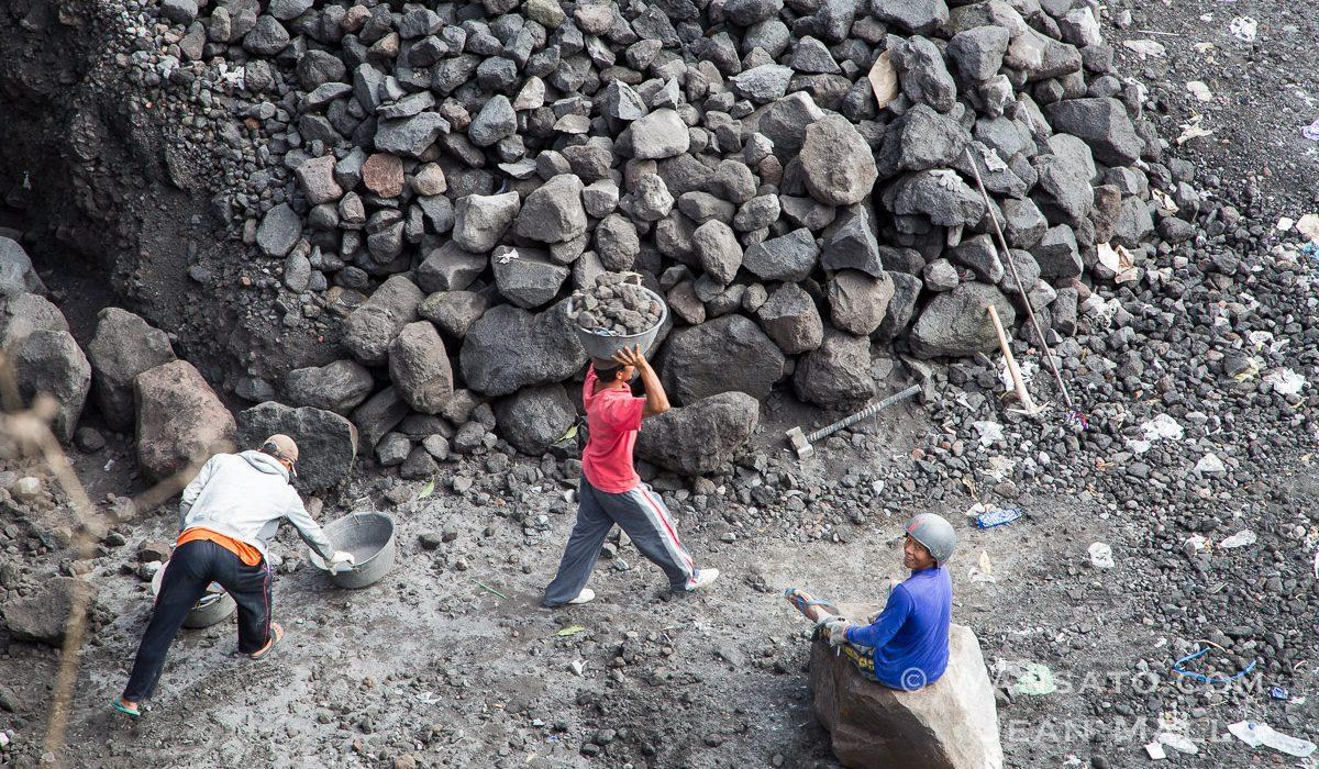 Indonésie - Une Carrière De Pierre à Java