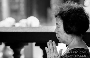Femme Priant Dans Le Temple De Longshan